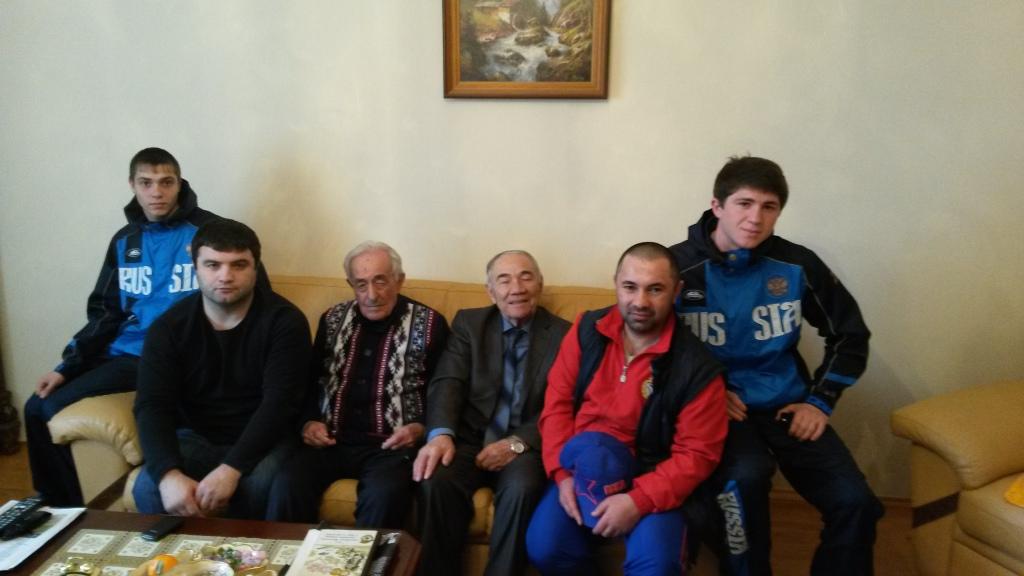 Коллектив ШВСМ КЧР поздравил с Днём рождения ветерана Великой Отечественной войны Александра Нарыковича Агузова