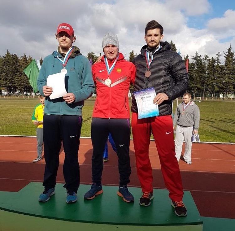 Легкоатлет «ЦСП КЧР» Илья Шаповалов (крайний справа) завоевал бронзовую медаль зимнего Чемпионата России